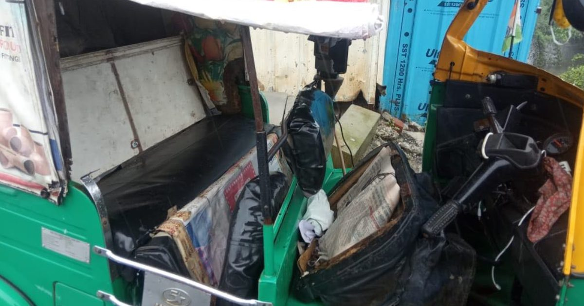 http://www.meranews.in/backend/main_imgs/AccidentVadodaraCarRikshow_vadodara-accident-car-and-rickshaw-accident-cctv-video-passengers_0.jpg?57