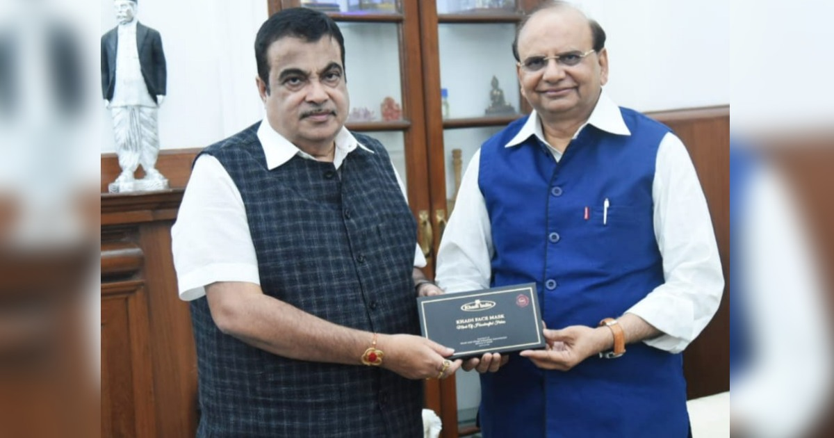 http://www.meranews.in/backend/main_imgs/NItinGadkari_msme-minister-shri-nitin-gadkari-launches-khadis-gift-box-of-silk-mask_1.jpg?82?29?71