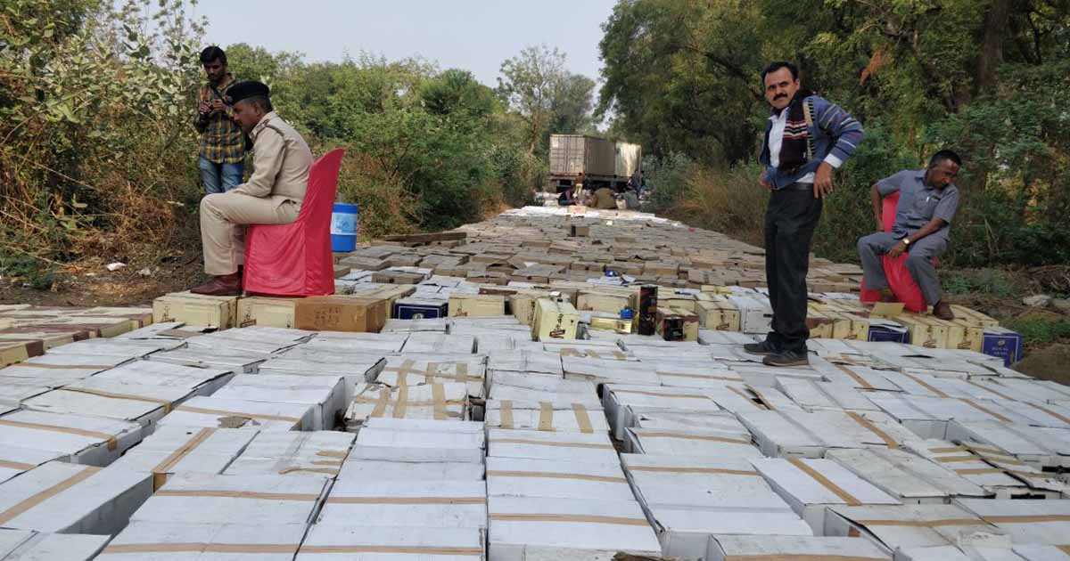http://www.meranews.in/backend/main_imgs/WhatsAppImage2018-01-12at1_gandhinagar-police-destroy-imfl-worth-rs35-crore-seized-during-electoral-code-of-conduct_1.jpeg