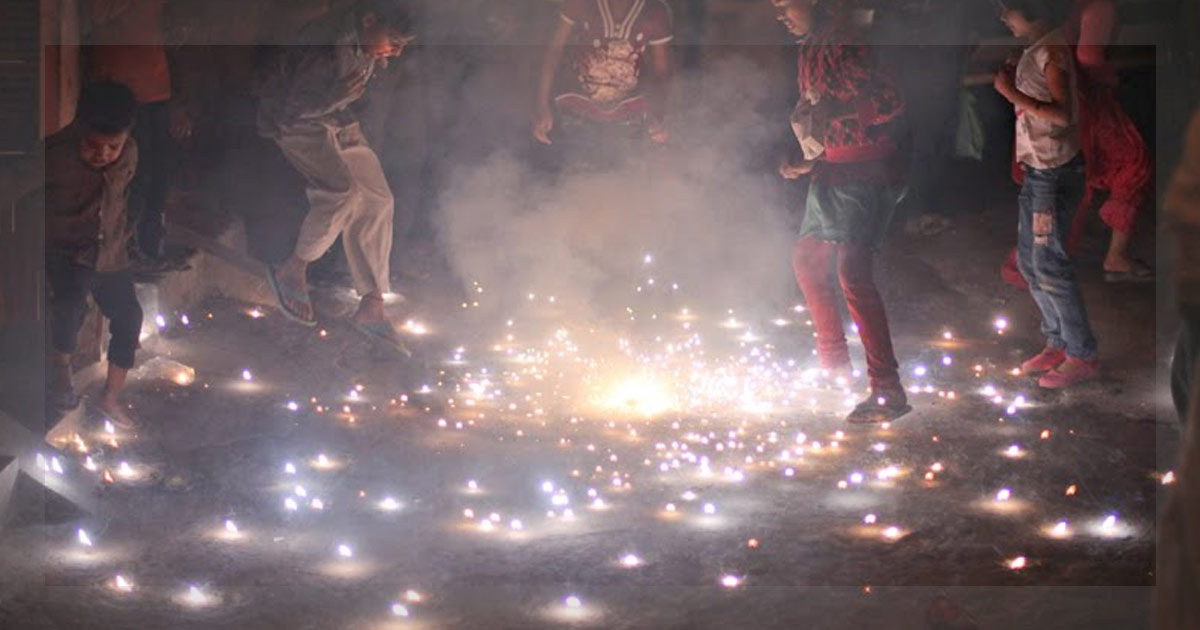 http://www.meranews.in/backend/main_imgs/diewali-chirden_diwali-pollution-a-risk-for-children_0.jpg