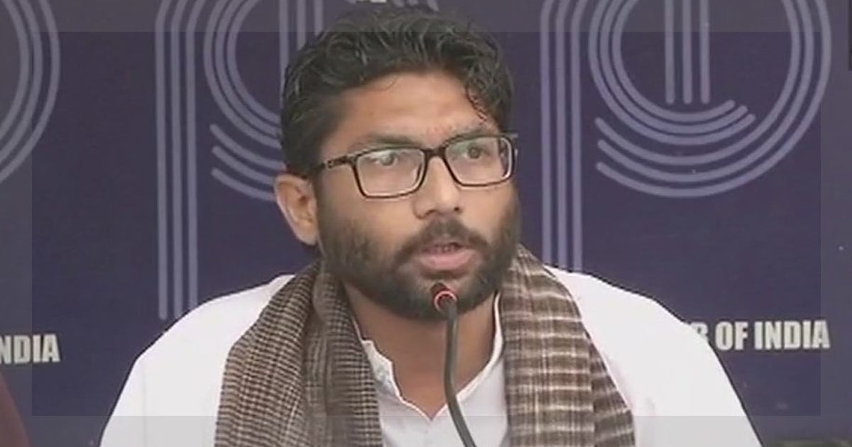 http://www.meranews.in/backend/main_imgs/jignesh-mevani-presss_choose-between-constitution-and-manusmriti-mevani-challenges-modi_0.jpg