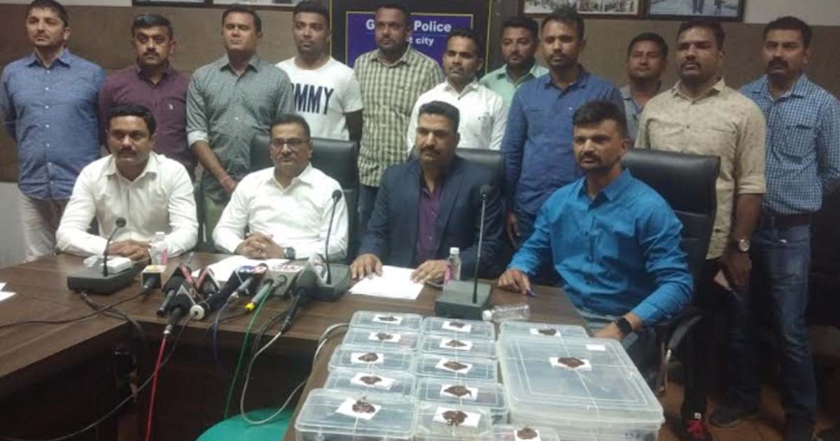http://www.meranews.in/backend/main_imgs/policestationrajkot2_Police-caught-accuse-with-10-pistols-and-30-bullets_0.jpg